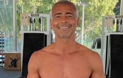 Romário publica foto em academia e impressiona seguidores com forma física