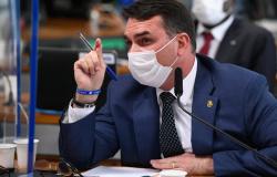 """Bolsonaro negocia com três partidos """"maiores"""", diz Flávio"""