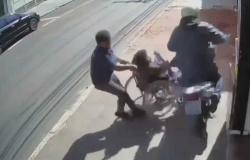 Vídeo: Cadeirante é atropelado na calçada por motociclista