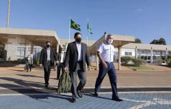 Mourão viaja para Angola no dia em que Bolsonaro é internado