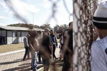 Torcedores do Corinthians se manifestam em frente ao CT e representantes falam com Duilio