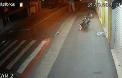 Vídeo: Motociclista é flagrado 'voando' ao tentar desviar de carro