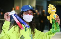 Rayssa Leal dispensa festa na chegada ao Brasil e diz que vai curtir a família