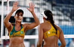 Duplas brasileiras vencem no masculino e feminino e vão às oitavas no vôlei de praia em Tóquio