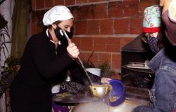 Primeira-dama encerra primeiro dia de força-tarefa de enfrentamento ao frio com sopão em bairro carente