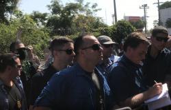 Bolsonaro interage com apoiadores e pega criança no colo em VG