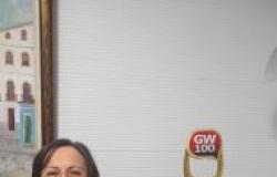 Maria da Penha posa com troféu GW100