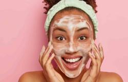 Veja como lavar o rosto corretamente para manter a eficiência dos produtos de beleza