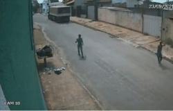 Carroceria de bitrem se solta e atinge casas em MT; vídeo mostra pessoas correndo para tentar evitar danos; veja