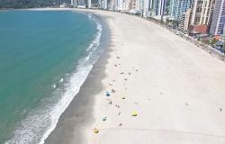 Balneário Camboriú libera trecho de nova faixa de areia; guarda-vidas mudam estratégias para reforçar segurança de banhistas