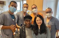 Pelé recebe alta e ao lado da namorada posa com a equipe médica após 31 dias internado