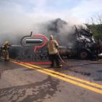 Carreta carregada de madeira pega fogo na BR 364 após colisão