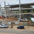 Operarios são  socorridos por Corpo de Bombeiros após laje de estacionamento ceder