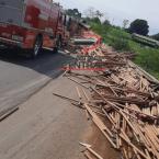 carreta carregada com cabos de madeira tomba na BR 364, confira