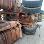 hauahuahauhauhauahhauhauahuahuahauhuCarreta carregada de óleo de soja tem carga furtada por populares após  carreta tombar no Anel Viário  em Ji-Paraná