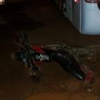 Motocicleta fica presa em rodas de ônibus  e motociclista e carona escapam por milagre
