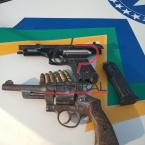 hauahuahauhauhauahhauhauahuahuahauhuPolícia Militar prende dupla de assaltantes com duas armas de fogo, de bando de quadrilha,  que renderam família e roubaram caminhonete
