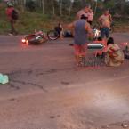 hauahuahauhauhauahhauhauahuahuahauhuApós colisão entre motocicletas, jovem caí na pista contrária e morre atropelado por Pick up