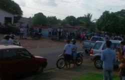 População de Ouro Preto aguardam em frente a Delegacia a chegado dos dois suspeitos de matar o gerente da Sicoob