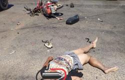 Mulher sofre várias fraturas ao colidir em caminhonete após avançar sinal vermelho
