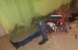 Trânsito! Condutor suspeito de estar embriagado quebra braço ao colidir em árvore no bairro Jardim das Seringueiras