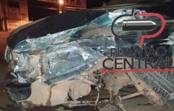 Após colidir com carreta na BR-364, motorista foge e deixa carro  na pista com som ligado