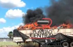 Carreta carregada de tecido e borracha  é  incendiada misteriosamente em Ji-Paraná