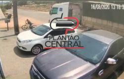 Veja vídeo! Ciclista quase é atropelado por carreta desgovernada em Ji-Paraná