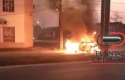Veículo  é  consumido pelo fogo misteriosamente em cruzamento de semáforo