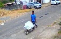 Homem leva defunto em carrinho de mão e compra cigarro no caminho
