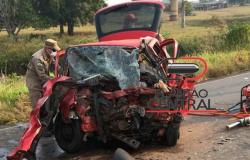 Colisão frontal entre veículos  ceifa vida de motorista e médica presa as ferragens em estado grave