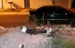 Homem morre após  bater de motocicleta em carro parado