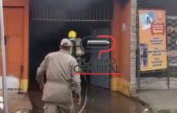 Carro pega fogo dentro de garagem de residência