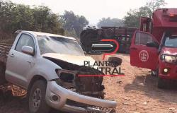 Corpo de Bombeiros socorre motorista de caminhonete  após  colisão  com caminhão de toras