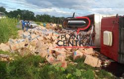 Carreta carregada de óleo de soja tem carga furtada por populares após  carreta tombar no Anel Viário  em Ji-Paraná