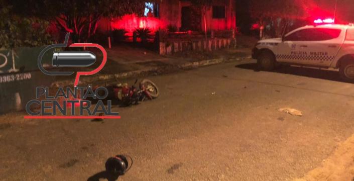 Motociclista morre após  colidir em caçamba de  entulho