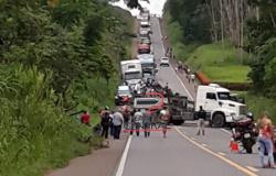 Motorista de Caminhão tanque leiteiro cai em ribanceira na BR 364 e congestionamento  forma longas filas de ambos lados da BR