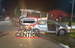 Condutora de veículo de passeio fica presa as ferragens após  ser colidida por caminhão  toureiro