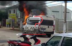 Van da prefeitura de Vilhena é destruída por incêndio no centro de Porto Velho