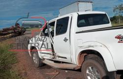 Caminhão boiadeiro que seguia para o frigorifico tomba após colisão em caminhonete Hilux