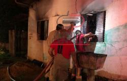 Bebê  fica gravemente ferida após casa pegar fogo, mãe  adolescente é  apreendida no bar bebendo
