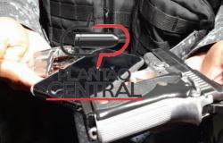 Homem é  com pistola furtada de Policial Militar