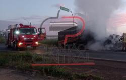 Corpo de Bombeiros combate incêndio  em carreta na BR 364