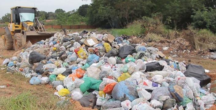 Moradores flagram maquinários Jogando lixo no meio da rua e vira caso de Polícia em Ji-Paraná confira