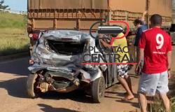veículo de aplicativo fica quase que totalmente destruído após ser prensado por carreta e caminhão baú na BR 364