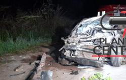 Bombeiro Militar socorre família antes que carro que colidiu na traseira de caçamba  na BR 364 pegasse fogo