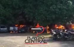 Veja vídeo! Incêndio misterioso destrói  diversos veículos  apreendido no pátio  da Polícia Civil em Presidente Médici