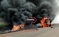 Veja vídeo ! Após  passarem por uma nuvem de fumaça  na BR 429, cavalinho de carreta e veículo  colidem  e ficam destruídos  após pegarem fogo