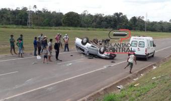 Veja vídeo! Motorista é  socorrido por populares após  capotar carro funerário na BR 429