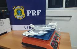 Polícia Rodoviária Federal prendem jovem com mais de 1kg de cocaína